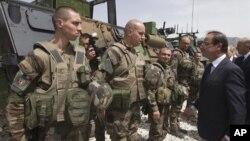 Presiden Francois Hollande mengunjungi pasukan Perancis di Kapisa, Afghanistan (25/5).