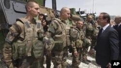 Presiden Francois Hollande memeriksa pasukan Perancis di Forward Operating Base (FOB), Nijrab, wilayah Kapisa, Afghanistan (25/5).