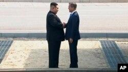韩国总统文在寅和朝鲜领导人金正恩在非军事区握手