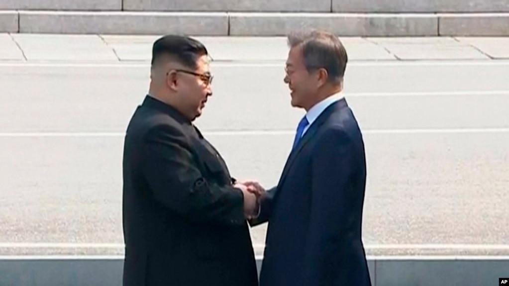 韓國總統文在寅和朝鮮領導人金正恩在非軍事區握手
