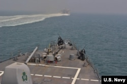 ارتش آمریکا روز چهارشنبه عکسی از عرشه ناوشکن یو اس اس سالیوان متعلق به ناوگان پنجم نیروی دریایی ایالات متحده منتشر کرد که در حال عبور از تنگه هرمز است
