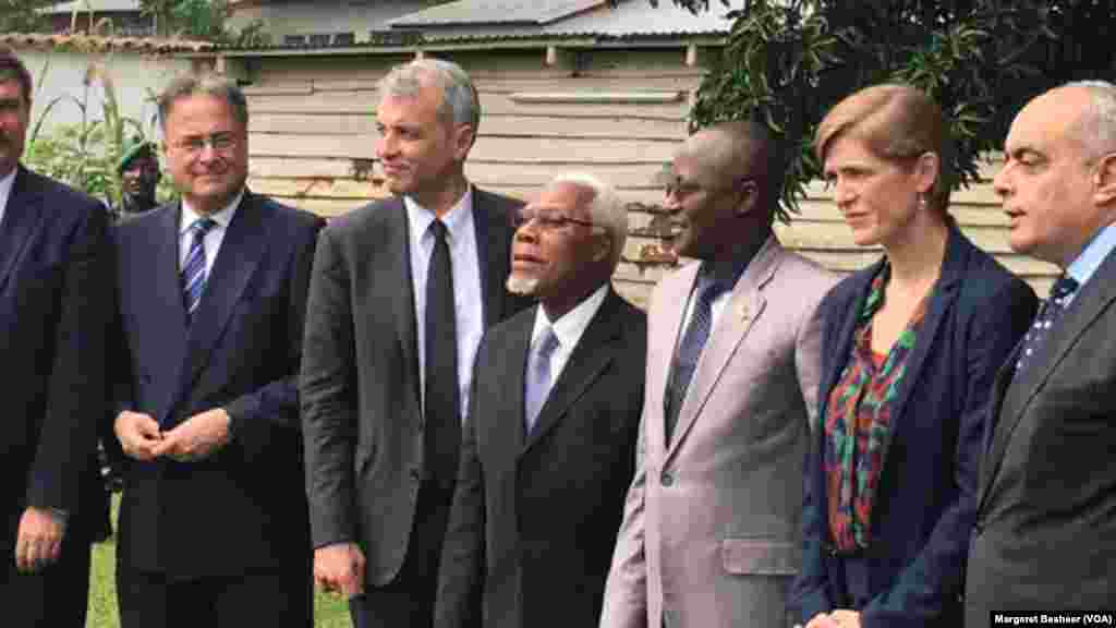 Burundi's first Vice President Gaston Sindimwo, third from right, and U.S. Ambassador to the United Nations Samantha Power take a photograph at his residence in Bujumbura, Jan. 22, 2016.