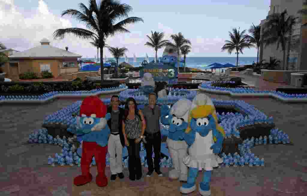 Los actores Hank Azaria (izquierda), Patrick Harris y Sofía Vergara saludan a la prensa durante su visita a México.