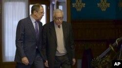 El enviado especial de la ONU para Siria, Lakhdar Brahimi, y el canciller ruso, Sergei Lavrov, durante la reunión en Moscú.