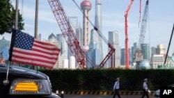 중국 상하이의 호텔 앞에 세워진 미 대사관 전용 차량 너머로 공사가 진행 중이다. (자료사진)