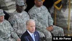 奧斯汀上將(後排中)2010年出任美軍駐伊拉克部隊指揮官時任副總統的拜登出席指揮權交接儀式(美國軍方照片)