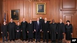 2017年6月15日川普總統(中)在美國聯邦最高法院與大法官們合照。圖為首席大法官羅伯茨(左五)。