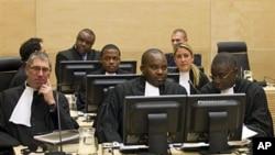 Jean-Pierre Bemba assis derrière ses avocats