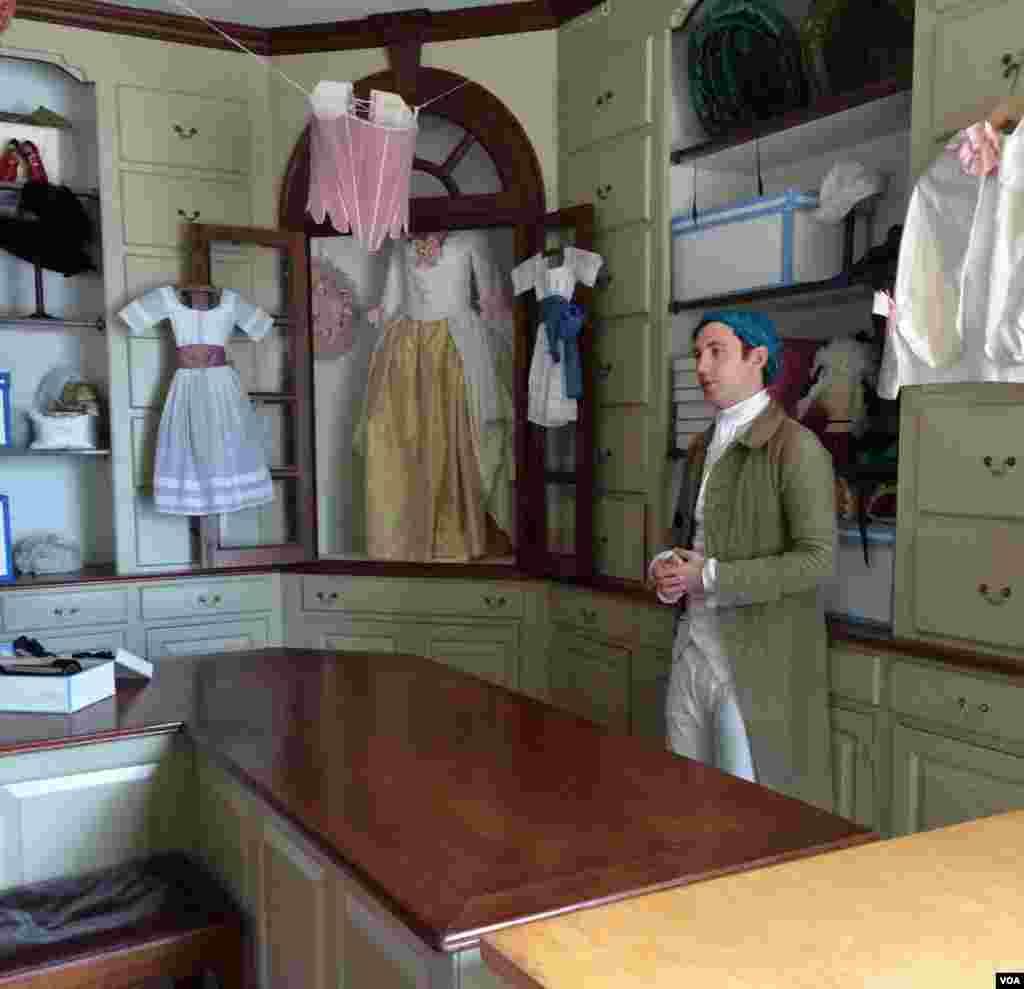 در مغازه کلاهدوزی ویلیامزبرگ لباسها و لوازم دوره استعماری را میتوانید پیدا کنید.