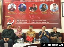 Kiri-kanan: Direktur Pusako Universitas Andalas Feri Amsari, Direktur Perludem Titi Anggraini, Komisioner KPU Wahyu Setiawan, Bayu Dwi dari Puskapsi Unej, dan Karyono Wibowo dari DPP GMNI dalam diskusi di Jakarta, Rabu, 26 Juni 2019. (Foto:Rio Tuasikal/VOA)