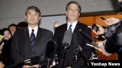 글린 데이비스 미 국무부 대북정책 특별대표(오른쪽)가 지난 2013년 한국 측 6자회담 수석대표인 조태용 외교부 한반도평화교섭본부장(왼쪽)과 회동 후 서울 외통부에서 기자회견을 가졌다.