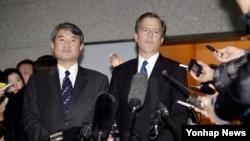 글린 데이비스 미 국무부 대북정책 특별대표(오른쪽)가 22일 한국 측 6자회담 수석대표인 조태용 외교부 한반도평화교섭본부장(왼쪽)과 회동 후 서울 외통부에서 기자회견을 가졌다.
