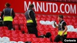 """""""Tras hallar un paquete sospechoso en la parte noroeste del estadio, el partido ha sido suspendido por consejo de la policía"""", informó el club inglés en Twitter."""