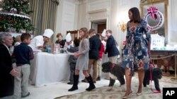 Michelle Obama recibió a familias de militares para que sean los primeros visitantes de la Casa Blanca que vean las decoraciones navideñas de este año.