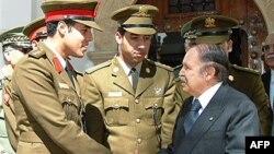 Najmlađi sin Moamera Gadafija, Hamis (levo) sa alžirskim predsednikom Abdelazizom Buteflikom 2008. godine (arhiva)