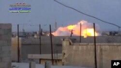 Khói bốc lên sau các vụ không kích của Nga tại Syria.