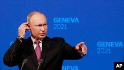 블라디미르 푸틴 러시아 대통령이 16일 스위스 제네바에서 조 바이든 미국 대통령과의 정상회담을 마친 후 기자회견을 했다.