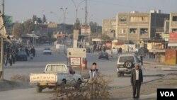 Sin combustible para calefacción en Mosul, Irak, los residentes llevan leña para calentarse y para cocinar.