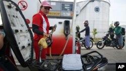 Suasana di sebuah SPBU di Samarinda, Kalimantan Timur (Foto: dok). Pemerintah merencanakan penggunaan kartu pintar untuk mengatasi masalah BBM di tanah air.
