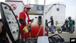 Suasana di sebuah pom bensin di Samarinda, Kalimantan Timur. (Foto: Dok)