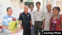Ông Đinh Đăng Định, Nguyễn Đan Quế, Đinh Nhật Uy, Phạm Chí Dũng, Phạm Bá Hải và vợ ông Định - bà Đặng Thị Dinh, hình chụp ngày 16/2/2014 (http://fvpoc.org)
