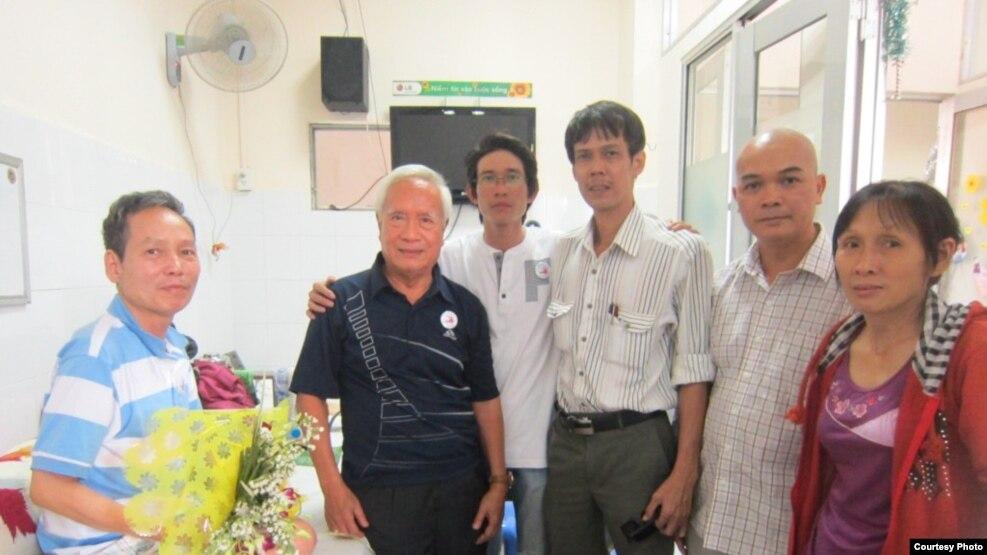 Từ trái sang, ông Đinh Đăng Định, Nguyễn Đan Quế, Đinh Nhật Uy, Phạm Chí Dũng, Phạm Bá Hải và vợ ông Định – bà Đặng Thị Dinh, ngày 16.2.2014.