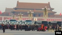 图为3月5日参加人大会议的代表团所乘车辆(美国之音东方拍摄)
