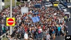數以千計難民徒步走過匈牙利的布達佩斯,希望進入奧地利和德國。