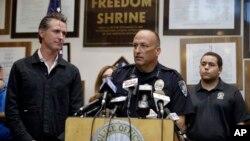 加州州長加文·紐森(左)和奇克雷斯特警察局長7月6日地震發生後舉行記者會。