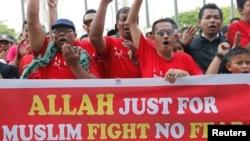Muslim demonstrators chant slogans outside Malaysia's Court of Appeal in Putrajaya, outside Kuala Lumpur, Oct. 14, 2013.