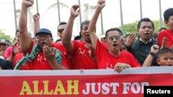 14일 말레이시아 쿠알라룸프르의 항소법원 주변에서 이슬람 교도들의 기독교의 '알라' 표현 사용 중단을 요구하는 시위를 벌였다.
