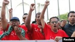 """Warga Muslim berunjuk rasa dan membentangkan spanduk bertuliskan protes atas penggunaan kata """"Allah"""" untuk menyebut Tuhan oleh sebuah surat kabar Kristen di depan pengadilan Putrajaya, di luar kora Kuala Lumpur, Malaysia Kuala Lumpur (14/10)."""
