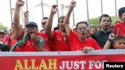 """穆斯林在法院外呼喊口号,宣称只有穆斯林才能说""""安拉""""。(2013年10月14日)"""