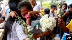 រូបឯកសារ៖ សាច់ញាតិរបស់ជនរងគ្រោះនៅក្នុងសង្គ្រាមលើគ្រឿងញៀនរបស់លោកប្រធានាធិបតី Rodrigo Duterte លួងលោមគ្នា នៅពេលពួកគេប្រមូលផ្តុំគ្នានៅព្រះវិហារRoman Catholic នៅជាយក្រុង Quezon ប្រទេសហ្វីលីពីន កាលពីថ្ងៃទី១៥ ខែមីនា ឆ្នាំ២០១៩។