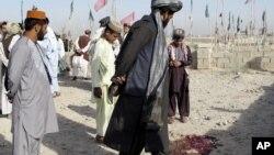 Những người dân Afghanistan có mặt trong nghĩa trang nơi các tay súng Taliban bắn vào một đám đông người đi thăm mộ