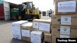 31일 한국 인천에서 '어린이의약품지원본부'가 평양 '만경대어린이종합병원'에 지원하는 의약품이 컨테이너에 실리고 있다. 의약품은 중국 단둥을 거쳐 다음달 10일 북한 남포항에 도착할 예정이다.