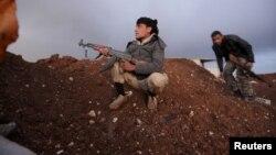 ພວກນັກລົບຕໍ່ຕ້ານລັດຖະບານ Al-Furqan ນັ່ງຢູ່ທີ່ຈຸດສອດແນມ ພ້ອມດ້ວຍອາວຸດຂອງພວກເຂົາ ໃນຄຸ້ມ Aziziyah ຕັ້ງຢູ່ໃນຊານເມືອງຂອງ Aleppo, ປະເທດຊີເຣຍ, ວັນທີ 5 ມີນາ 2016.