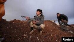 叙利亚反叛军手持武器,坐在南方阿齐济耶村的指望点上 (2016年3月14日)