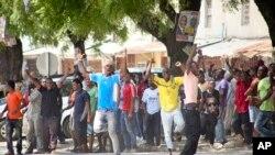 Picha ya vijana wakiimba na kuunga mkono upinzania katika uchaguzi wa urais Zanzibar mwaka 2015.