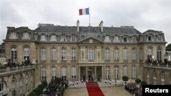 Persiapan menjelang serah-terima jabatan Presiden Perancis di Istana Elysee, kediaman resmi presiden Perancis (7/5). Presiden terpilih dari partai Sosialis Francois Hollande akan diambil sumpahnya tanggal 15 Mei mendatang.