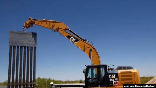 Foto de archivo de la construcción del muro fronterizo desde el lado mexicano en San Jerónimo, en las afueras de Ciudad Juárez. Abr 23, 2018. REUTERS/Jose Luis Gonzalez