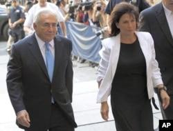 Dominique Strauss-Kahn et son épouse, Anne Sinclair, arrivant à la Cour surpême de l'Etat de New York