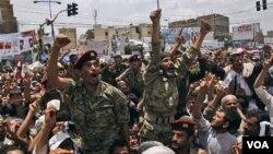 Anggota pasukan Yaman ikut bergabung dengan demonstran di Sanaa menuntut mundurnya Presiden Ali Abdullah Saleh (24/4).