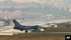 Balafirên F-16 li bingehê esmanî yê Incirlik li Tirkîyê, 31'ê Tebaxê, 2013.