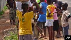 Un grand nombre d'orphelins de l'Ebola se sentent rejetés et même abandonnés, constate Manuel Fontaine de l'UNICEF (AP)