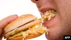 Ăn các loại thức ăn có nhiều chất béo có thể tạo ra thói quen ăn uống quá độ, và từ đó dẫn đến chứng béo phì