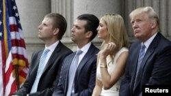 دونالد ترمپ با یک دختر و دو پسرش