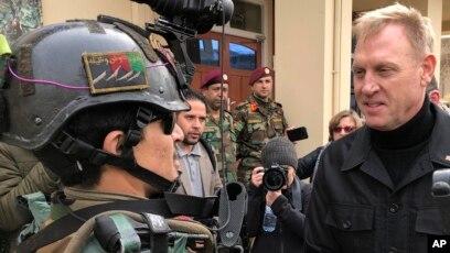 Quyền Bộ trưởng Quốc phòng Mỹ Patric Shanahan bắt tay một chỉ huy ở Afghanistan trong chuyến thăm bất ngờ tới nước này vào ngày 11/2/2019.