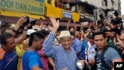 Mantan Perdana Menteri Malaysia Mahathir Mohammad (tengah) di tengah demonstrasi yang menuntut pemerintahan bersih di Kuala Lumpur, 30 Agustus 2015.