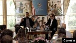 El actor Will Smith, izquierda compartió sus experiencias con jóvenes en la residencia del embajador estadounidense en Argentina. [Foto: Cortesía Embajada de EE.UU. en Argentina].